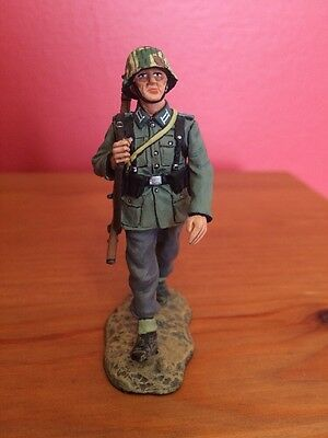 King & Country WSS96 Marching German Soldier  1/30 Scale