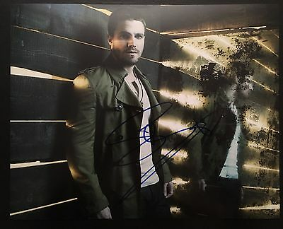 Arrow STEPHEN AMELL SIGNED 8x10 Photo - PROOF