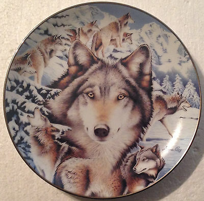 COLLECTABLE WOLF PLATE 9 INCHES - SNOW SENTINELS by DIANA CASEY- BRADEX