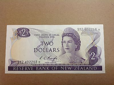 New Zealand Replacement Star Banknote $2 Knight 9Y2 402218* - aUNC grade.