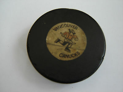 60's VINTAGE VANCOUVER CANUCKS PUCK.ORIGANAL JOHNNY CANUCKS.VERY RARE