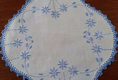 Vintage Mid Century WHITE BLUE Daisy Embroidered Scalloped Crochet Edge Doilie