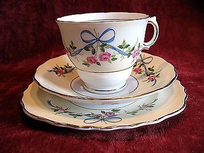 VINTAGE COLCLOUGH TRIO RIBBONS AND BOWS *CUP SAUCER SIDE PLATE* 1950's