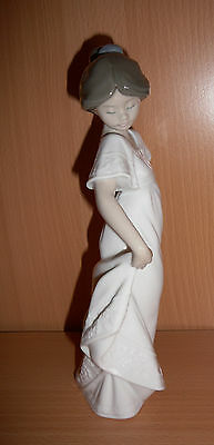"Nao by Lladro Figurine #1110 ""How Pretty"" Girl 1989 Spain Retired Collectable"