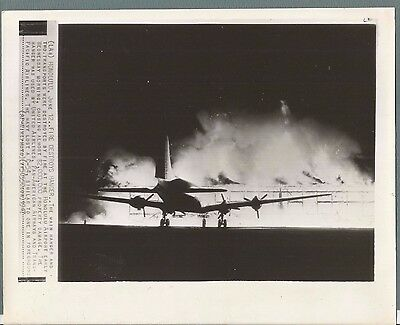 Vintage Press Photo 1947 FIRE DESTROYS AIRPLANE HANGER  IN HAWAII #740
