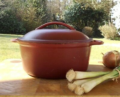 VINTAGE SOLID CAST IRON FRENCH CASSEROLE POT - DEEP RED - 22 cm