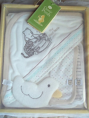 CLASSIC WINNIE THE POOH Baby Bath Time Gift Set TOY HOODED TOWEL 2 WASHCLOTH NEW