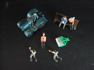 Subbuteo Cricket  # TC-P  Groundsmen with Roller + other minatures