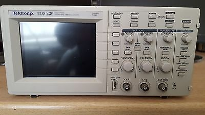 Tektronix 100MHz TDS220 Digital Oscilloscope. 2-Channel 1GS/s probes + TDS2CM