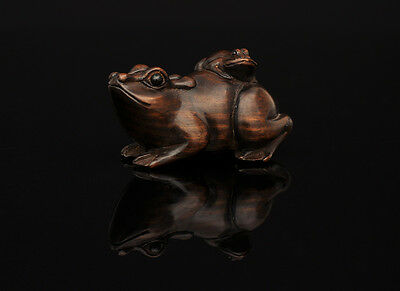 Netsuke, Toad / Kröte, detailed wood carving, eyes inlays, signed, Asian art