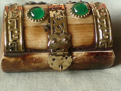 """BONE PILL BOX WITH 2 GREEN AGATE STONES & BRASS HINGES 5""""x 4"""" x 3.5""""  £7.50 NWT"""