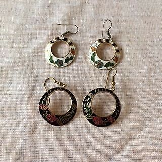 Two pairs of vintage cloisonne hoop earrings-one black and one white 80s