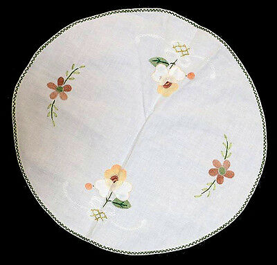 Vintage white applique & embroidered doily measuring 25cm