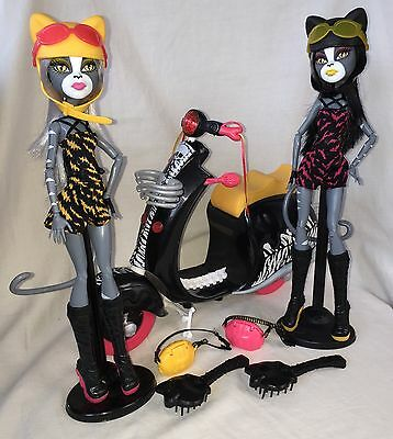 Monster High Dolls Wheelin Werecats Sisters Meowlody+Purrsephone Scooter