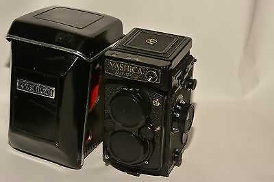 YASHICA MAT-124G TWIN LENS REFLEX CAMERA WITH CASE, YASHINON 80mm, f3.5 LENS