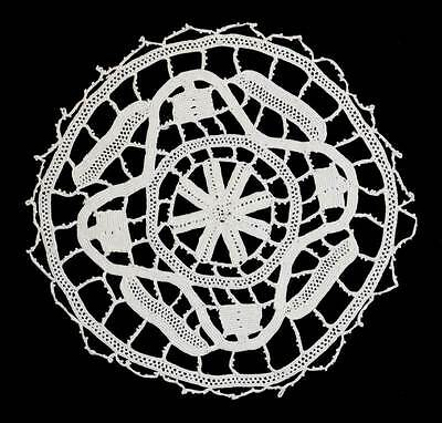 Vintage cream lace round pretty doily measuring 14cm across