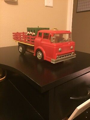 Vintage 1960s Marx battery operated chicken coop farm truck (works)