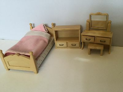 Sylvanian famillies classic bedroom set picclick uk for Sylvanian classic furniture set