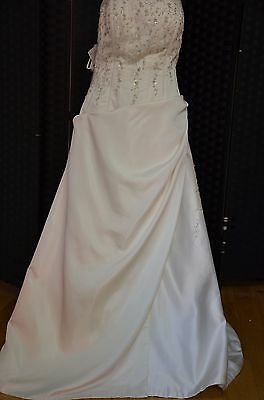 Wedding Dress by Alfred Angelo Back: Zip Color: Ivory Size: 20