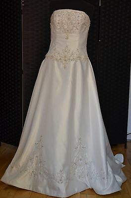 Wedding Dress by Alfred Angelo Back: Zip Color: Ivory Size: 18
