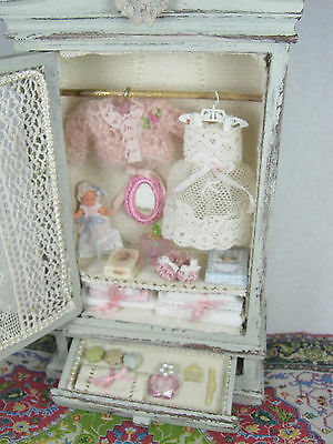Armadio Shabby Chic con biancheria e accessori dollhouse scala 1/12