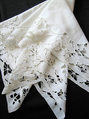 Belle nappe ancienne , abondantes broderies main.