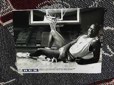 "8"" x 6"" PRESS AGENCY PHOTO - SHAQUILLE O'NEAL WITH KITTEN - BATON ROUGE 1991"
