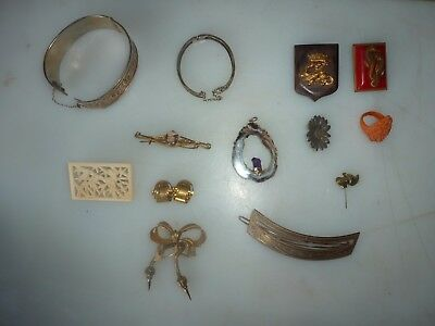 lot de bijoux fantaisies,broches, bracelets etc..