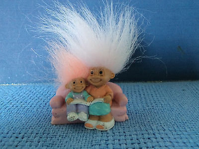 RUSS COLLECTABLE MOTHER and CHILD TROLLS READING ON SOFA * MINI * PINK HAIR