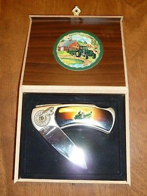 NEW in WOOD GIFT BOX *JOHN DEERE* POCKET KNIFE w/TRACTOR MOTIF