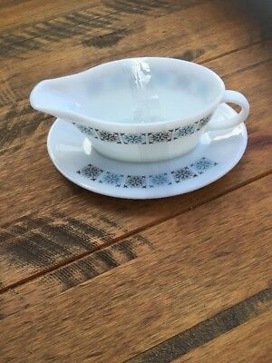 Vintage Retro Gravy Boat And Drip Plate In Pyrex With Square Design