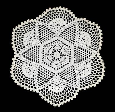 Vintage pretty lace round star doily measuring approx 17cm across