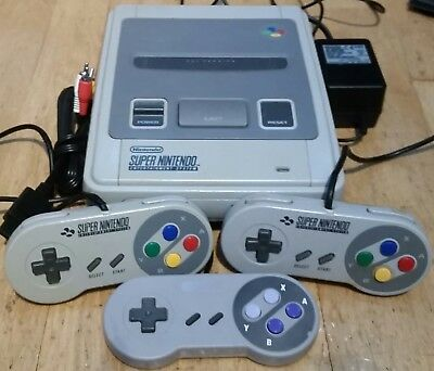 Super NES Nintendo Entertainment System Grey Console SNES + 3 pads controllers