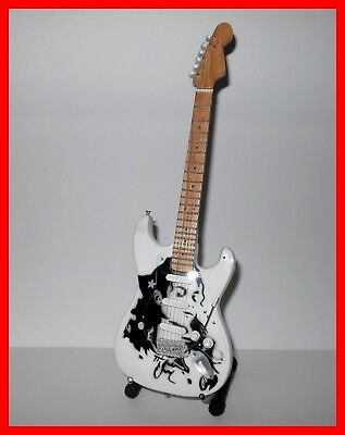 MICHAEL JACKSON SUPERBE GUITARE MINIATURE ! Collection