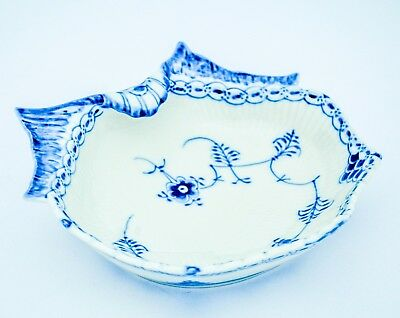 Shell-formed bowl #557 - Blue Fluted - Royal Copenhagen Half Lace - 2:nd Quality
