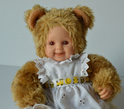 Anne Geddes 2002 Brown Eyes Smiling Baby Doll Bear Girl with White Apron