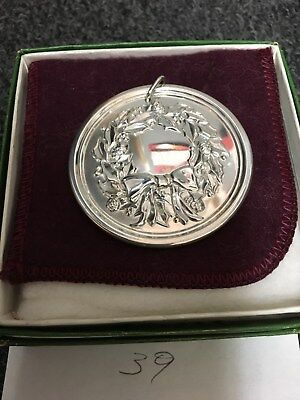 1977 Lunt Sterling Silver Holly Wreath Medallion Christmas Ornament Pendant Box