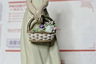 """Lladro """"floral Treasures"""" Figurine - #5605 Girl Holding A Basket Of Flowers"""