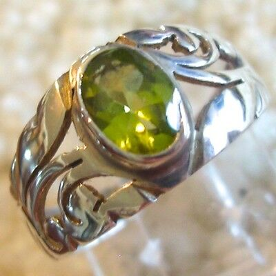 Amazing sterling silver ring w/peridot jewel, size 6 3/4