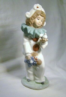 LLADRO/NAO A  Clown dressed in White holding a Dove