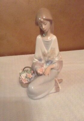 Lladro 7607 Girl With Basket Of Flowers