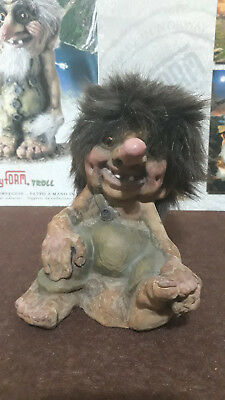 Troll Norvegese Ny Form Nyform 840-293 boy holding foot Norway Stanco Fuori prod