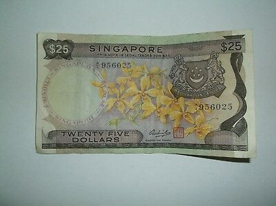 Vintage Singapore 25 Dollars Bank note, A/4 956025,  in good condition.
