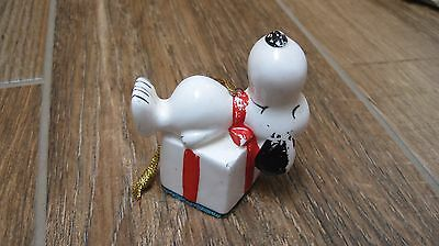 1975 Peanuts Snoopy Determined ceramic Christmas ornament Snoopy on present