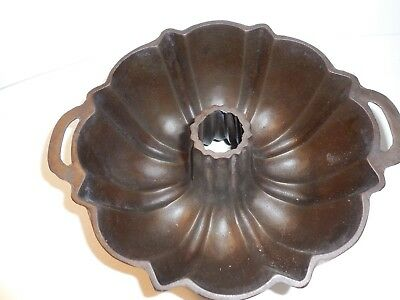Vintage - LODGE CAST IRON BUNDT CAKE PAN  ~ Clean~ Beautiful Hard to Find