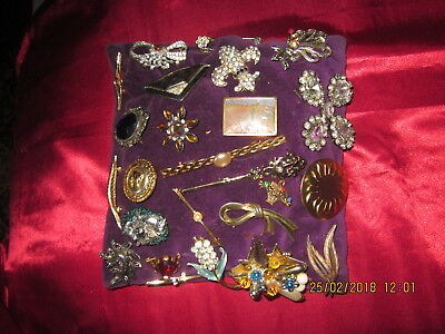 Lot De 25 Broches  Differentes