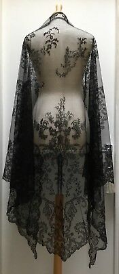 Pretty Antique Victorian Chantilly Lace Triangular Shaw, Mantilla. Fine And Soft