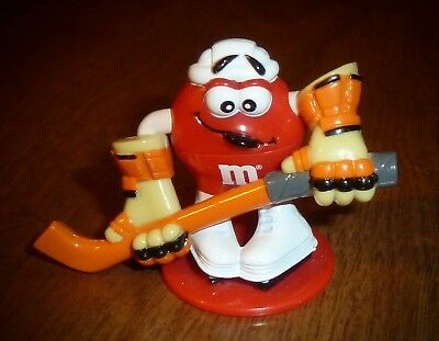 M&M's COLLECTIBLE RED *HOCKEY PLAYER* TOPPER - 2001 - ARMS MOVE UP/DOWN w/STICK