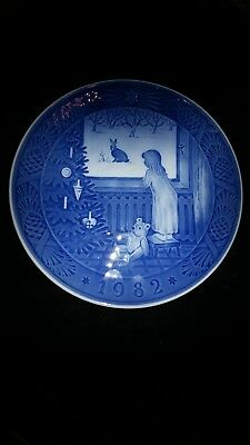 "ROYAL COPENHAGEN 1982 ""WAITING FOR CHRISTMAS""  blue CHRISTMAS PLATE XLNT"