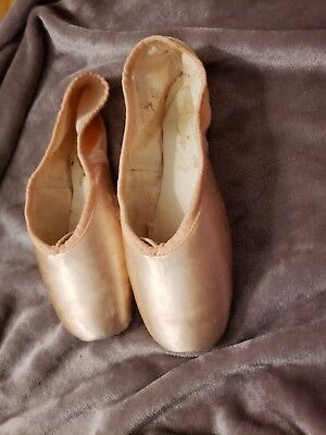 Capezio Infinita pointe shoes size 5C barley used not broken in worn once